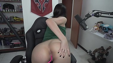 Gamer girl opening her ass to impress daddy