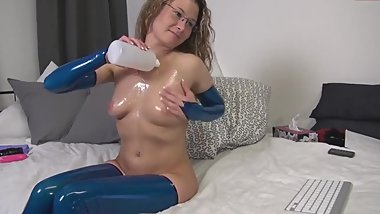 Curly blonde in blue latex fists herself