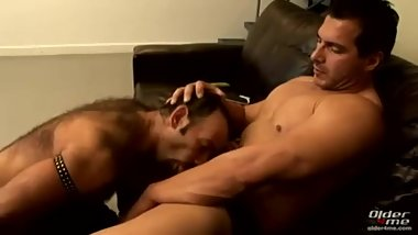 Muscle daddy fucks older bitch