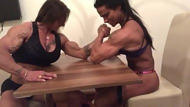 Paloma Parra and Cris Goy biceps duel