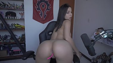 Gamer slut showing you her skills